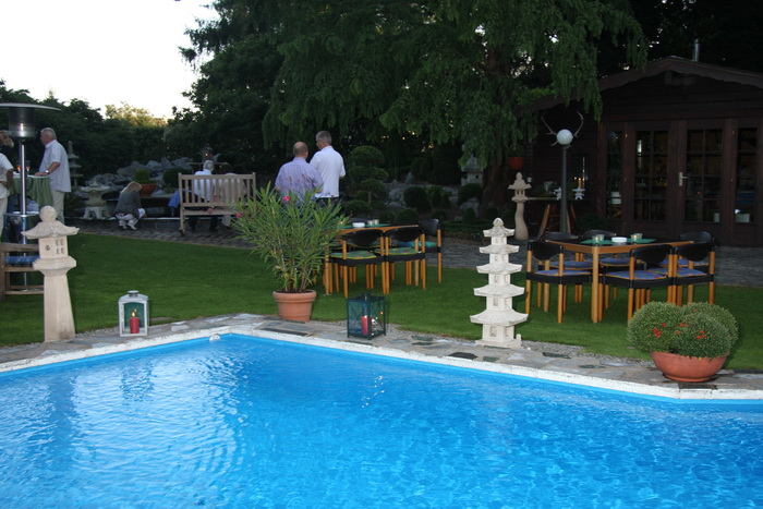 Garden party in germany le petit bassin naturel the for Petit bassin piscine