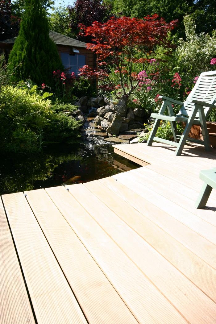 la cr ation et construction d 39 une terrasse en bois c 39 est termin il n 39 y plus qu 39 en profiter. Black Bedroom Furniture Sets. Home Design Ideas
