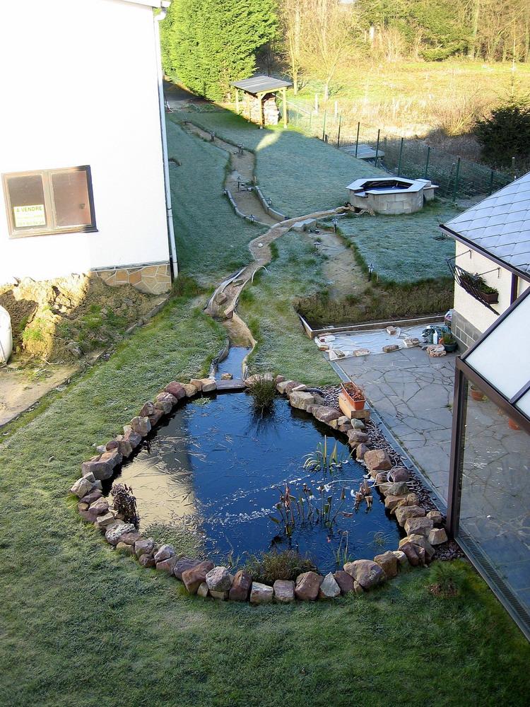 bassin de jardin avec ruisseau