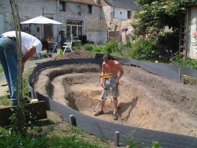 Bordure souple qui facilite la mise en oeuvre dans le for Construction d un bassin de jardin avec cascade