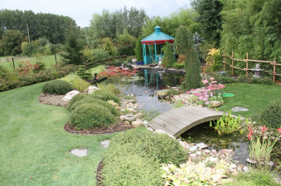 Nice french pond and garden for Koi pond builders tampa